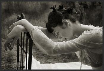 Femme_pensant_sur_chaise